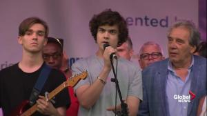"Musician sings ""Hallelujah"" to honour shooting victims at Taste of the Danforth"