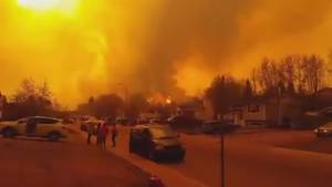 Smoke from Fort McMurray wildfire turns sky yellow