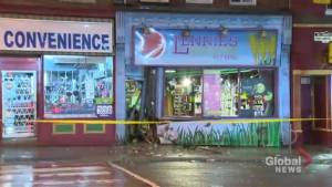 1 man arrested after car crashes into storefront in Cabbagetown (00:36)