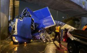 Semi-truck hits overpass at Ironworkers Bridge in North Vancouver (00:44)
