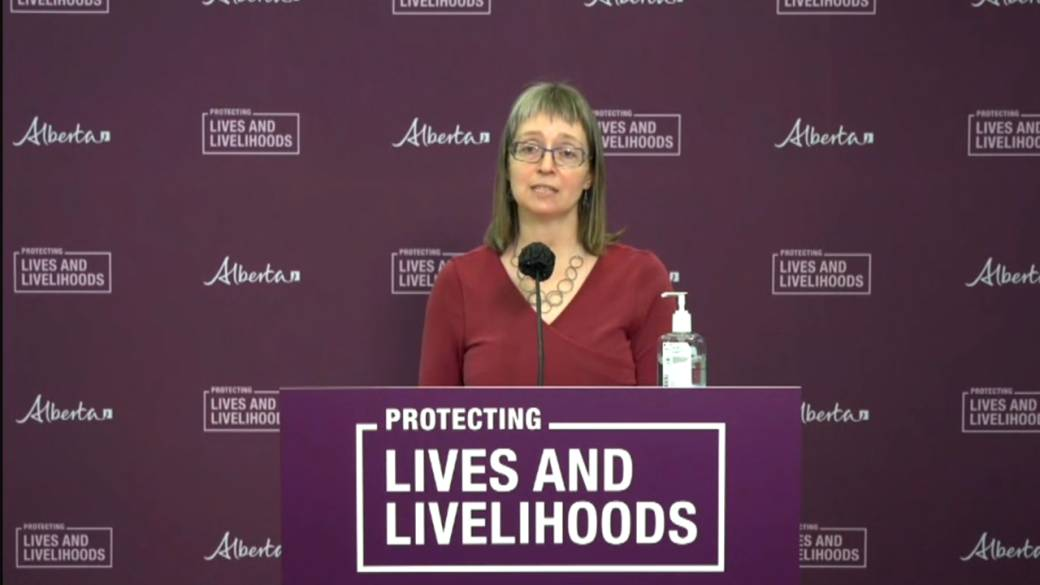 Click to play video: 'Top doctor urges Albertans to stay safe as COVID-19 variants jump ahead of long weekend'
