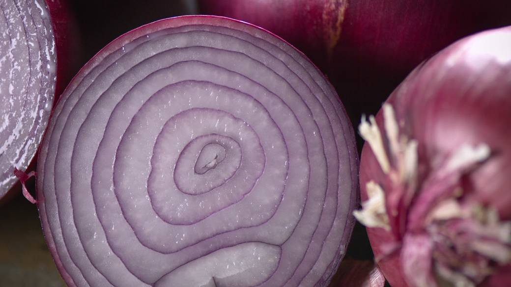 Click to play video 'Salmonella outbreak in the U.S. and Canada may be linked to red onions'