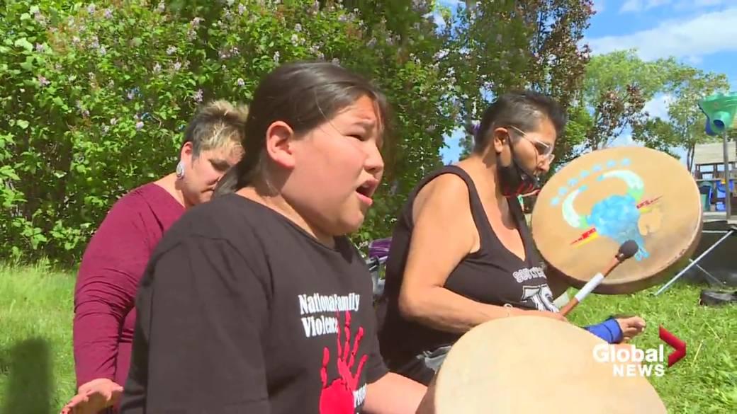 Haga clic para reproducir el video: 'El grupo de tambores de mano Chubby Cree de Alberta sanando a otros a través de canciones indígenas'