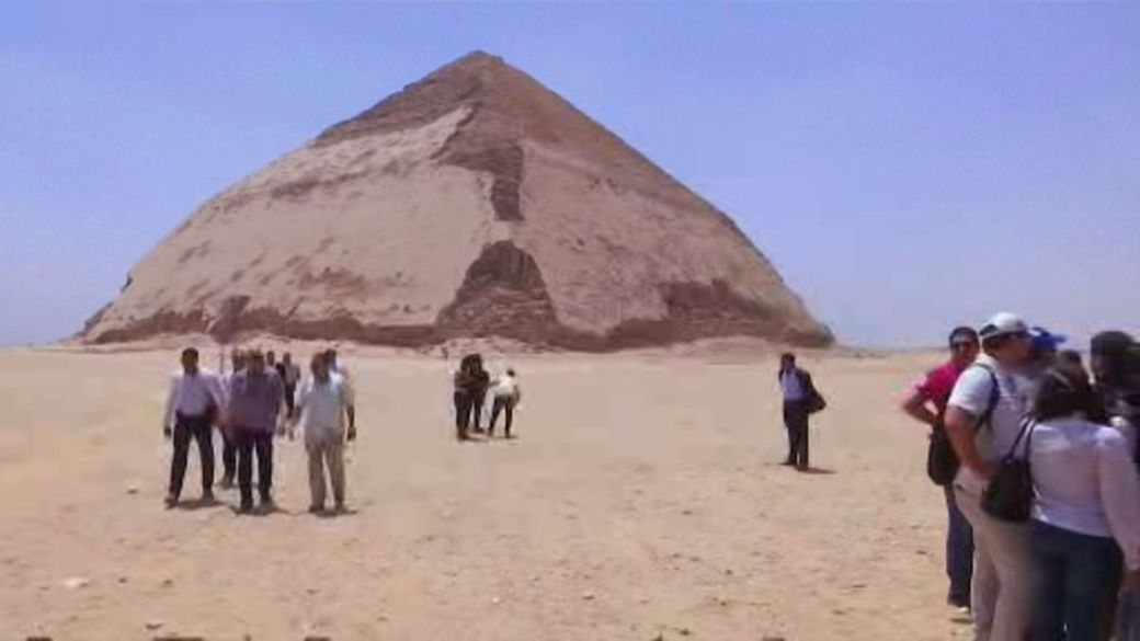 Click to play video 'Highway across Egypt's pyramid plateau sparks concerns'