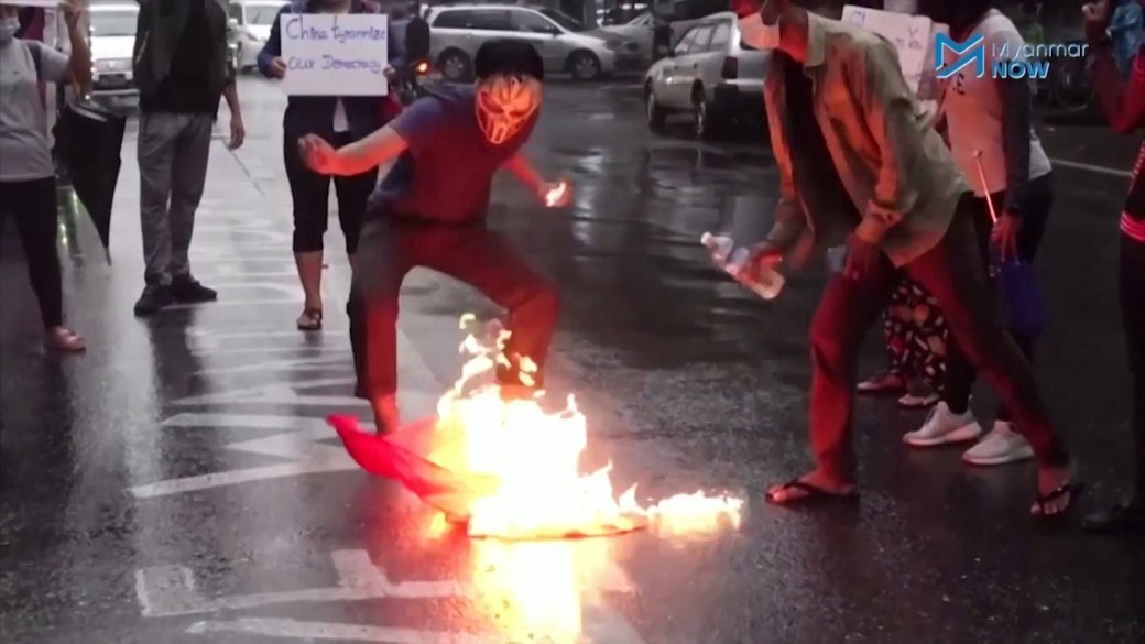 Click to play video: 'Myanmar protests: Demonstrators burn tires, Chinese flag as military continues crackdowns'