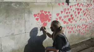 U.K. families mourn COVID-19 victims at London's wall of hearts (02:16)