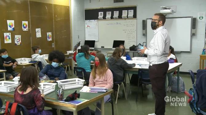 Click to play video: Saskatoon schools stick with in-class learning as COVID-19 sparks concerns
