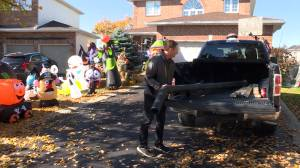 Kingston residents keeping the Halloween spirit alive this year amid coronavirus pandemic (01:35)