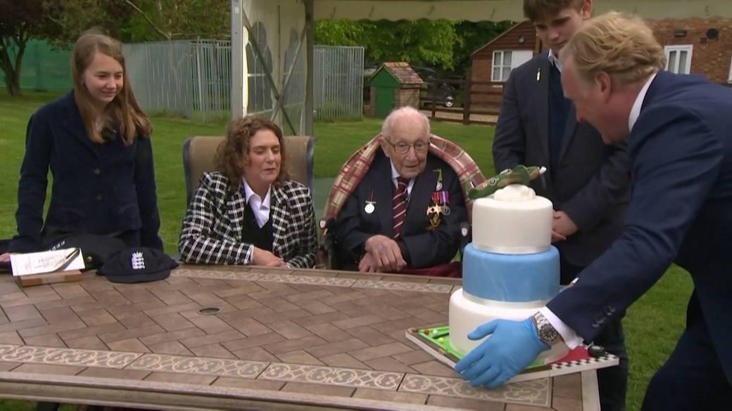 Click to play video 'Coronavirus outbreak: Boris Johnson congratulates World War veteran on his 100th birthday after raising money for NHS'