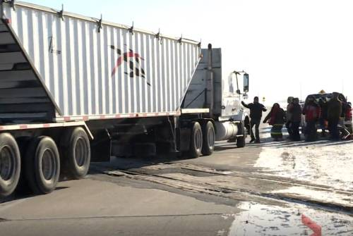 Truck driver goes through Manitoba blockade set up by Wet'suwet'en supporters | Watch News Videos Online