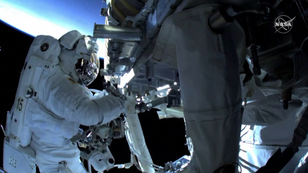 Click to play video: 'Spacewalking astronauts install solar panels outside ISS'