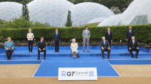 G7 summit: Leaders laugh at Queen's joke about family photo (01:25)