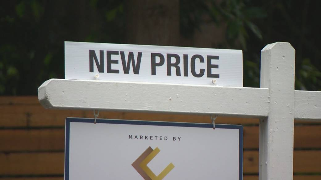 Click to play video 'Latest CMHC numbers show COVID-19 pandemic has frozen real estate markets'