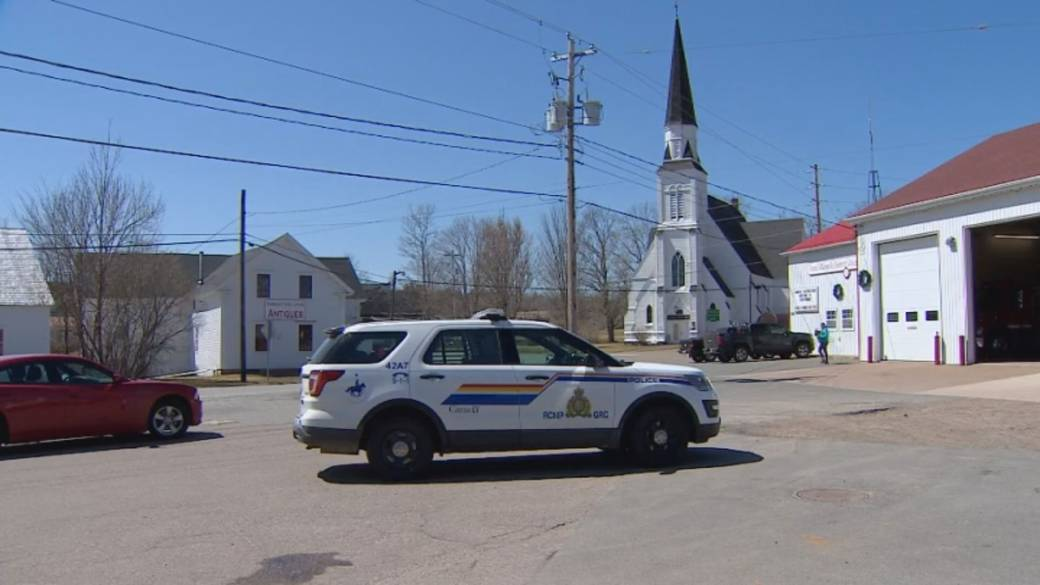Click to play video 'Growing criticism over how Nova Scotia RCMP warned public about killer'