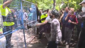Toronto police attempt to remove encampment site in Trinity Bellwood's Park (02:29)