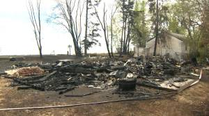 Cottages in Manitoba burn as wildfire sweeps through forest north of Hecla Island (01:53)