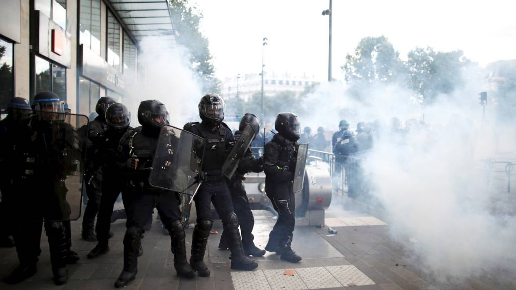 Click to play video 'Tear gas fired by police as anti-racism protesters rally in Paris'
