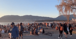 Large party on Vancouver's Kits Beach raises eyebrows amid COVID-19 restrictions (00:49)