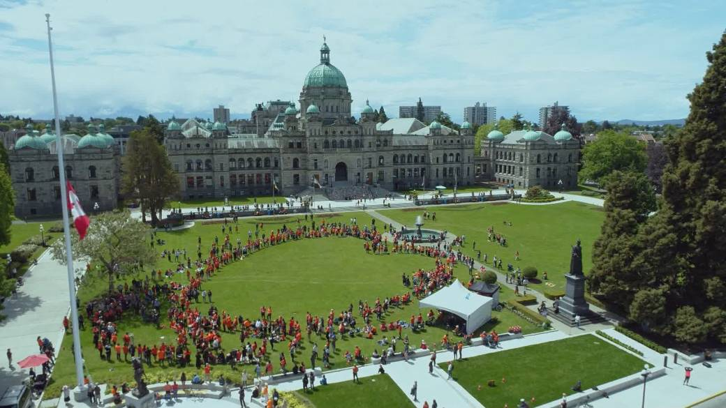Click to play video: 'Hundreds gather in Victoria to show support for Kamloops First Nation'