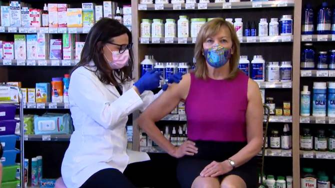 Click to play video: Minister Elliott receives AstraZeneca vaccine shot, encourages people to get theirs