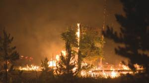Cariboo ranch owners battle to save property from B.C. wildfire (01:40)
