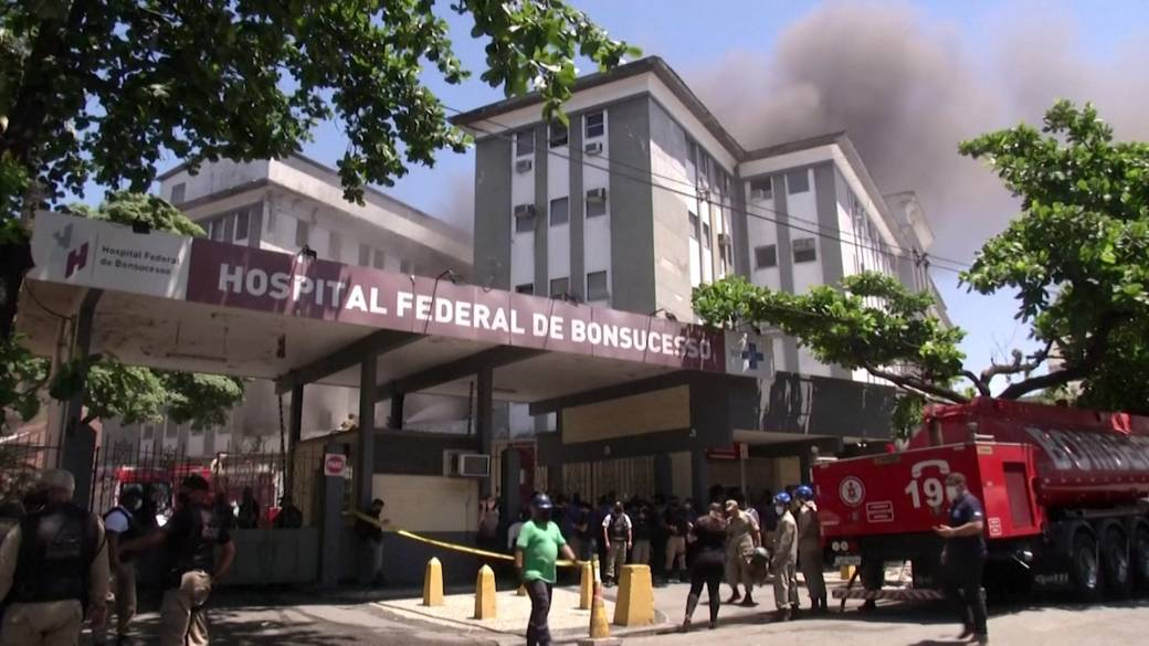 Click to play video 'Brazil hospital evacuates after fire breaks out, at least 1 dead'