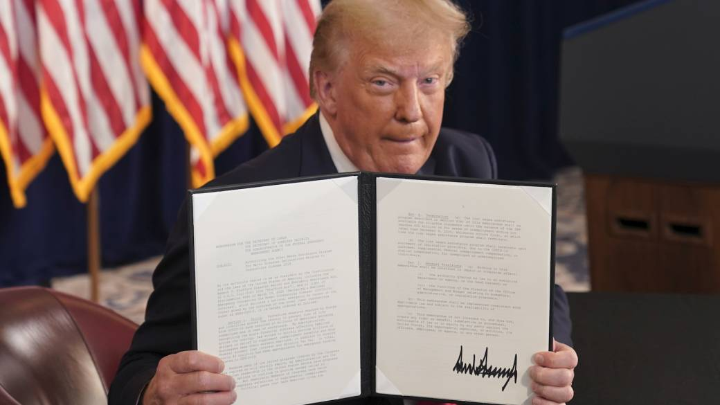Click to play video: 'Trump signs executive orders on payroll tax, evictions, and unemployment bonus'