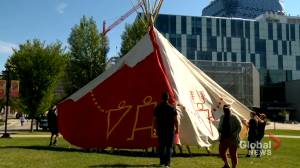 A Blackfoot home in the middle of campus: Teepee raised at University of Calgary (01:49)