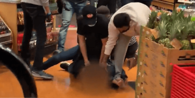 Click to play video: Violent altercation at Vancouver supermarket caught on camera