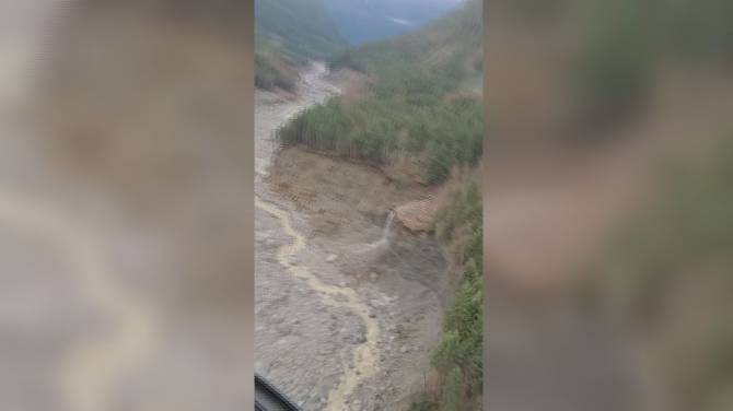 Click to play video: Helicopter footage shows huge landslide near Bute Inlet on B.C. coast