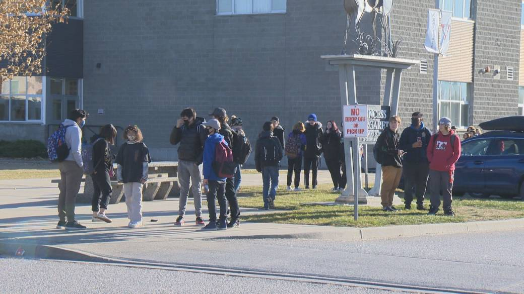 Click to play video 'COVID-19 complacency rampant at first high school in South Okanagan to have exposure, students say'