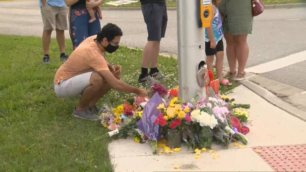 Click to play video: 'Outpouring of grief in London, Ont. for Muslim victims killed in vehicle attack'