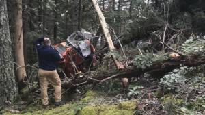 Two pilots escape unhurt after Bowen Island helicopter crash caught on video (02:08)