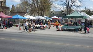 Lakefield Farmers' Market opens early to hold Mother's Day event (01:39)