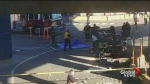 Vehicle falls from the upper car deck at Tsawwassen Ferry Terminal (00:49)