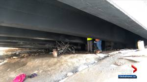 Fire in homeless camp closes bridge in northwest Calgary (01:34)