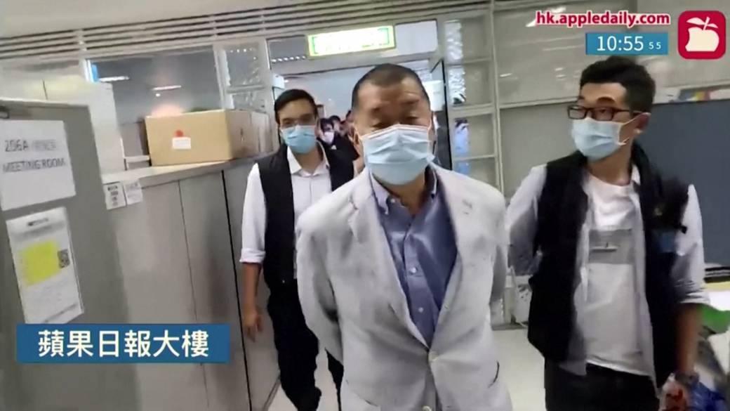 Haz clic para reproducir el video: 'La policía de Hong Kong arresta a un magnate de los medios de comunicación y allana el Apple Daily Newsroom'
