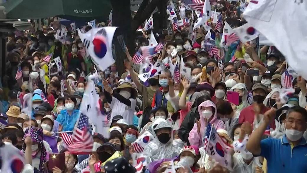 Click to play video 'Coronavirus: Thousands in South Korea protest against leader despite COVID-19 warning'