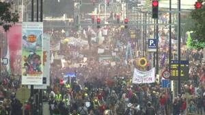 Ahead of COP26, thousands march for climate action in Brussels (02:26)
