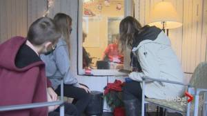 B.C. care home sets up Christmas safe meetings for residents (01:37)