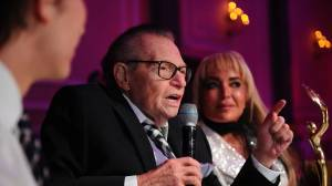 Coronavirus: Larry King hospitalized with COVID-19 (00:28)