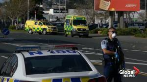 Emergency services arrive on scene after deadly Auckland knife attack (01:58)