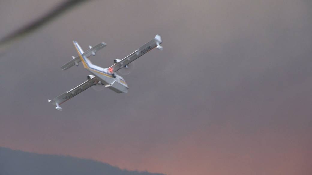 Click to play video: 'Mount Law wildfire prompts hundreds to flee their homes Sunday night'