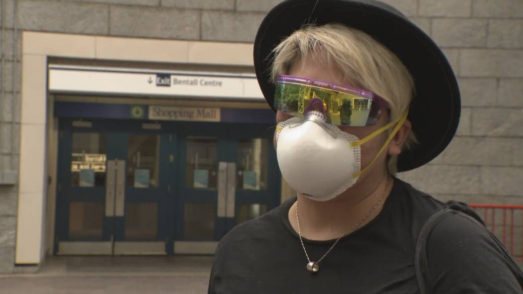 Click to play video 'Federal health officer now recommends Canadians wear masks in public'