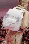 modelo con mochila dior
