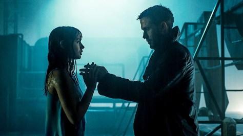 Ryan Gosling en Ana de Armas in Blade Runner 2049