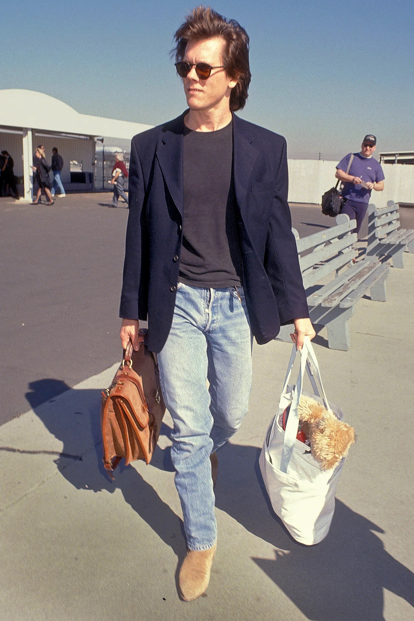kevin bacon ariving at the airport in the 90s