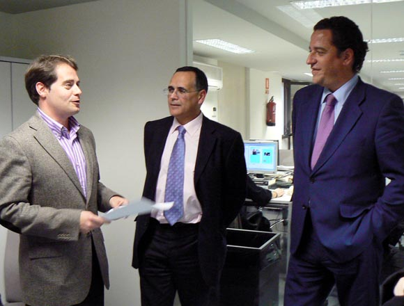 Antonio Conde, junto a Manuel Jesús Florencio, director de Diario de Sevilla, y Leopoldo Jiménez, jefe de publicidad