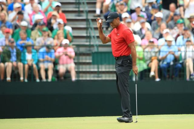 Woods makes a birdie on the 15th.