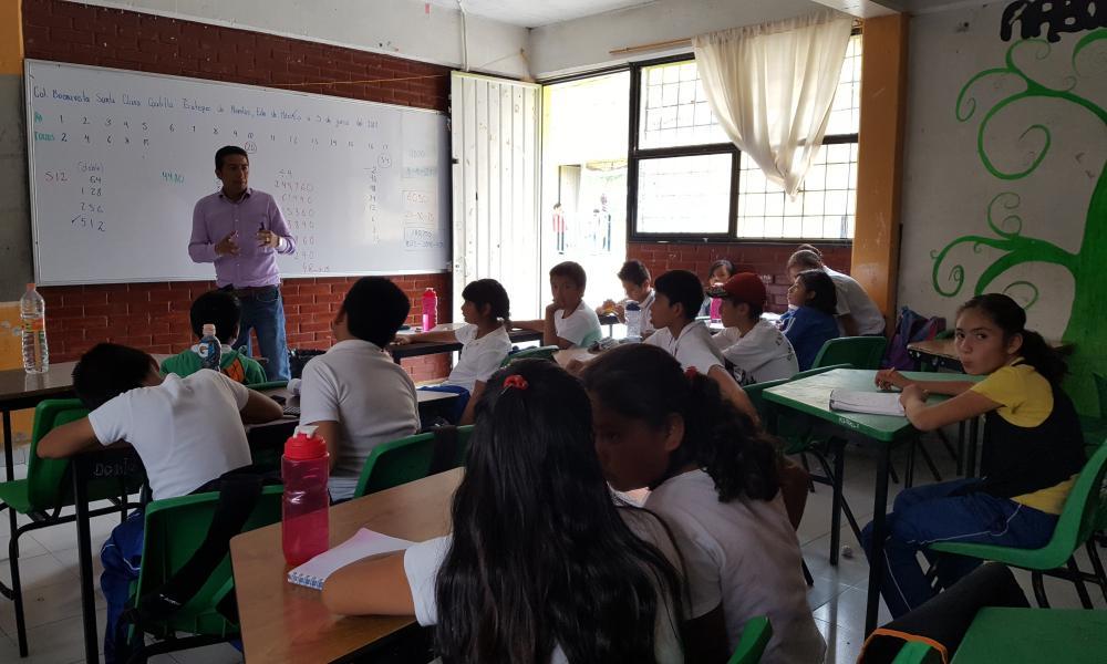 Juan Carlos gives a maths class at Ángel Albino Corzo primary school.